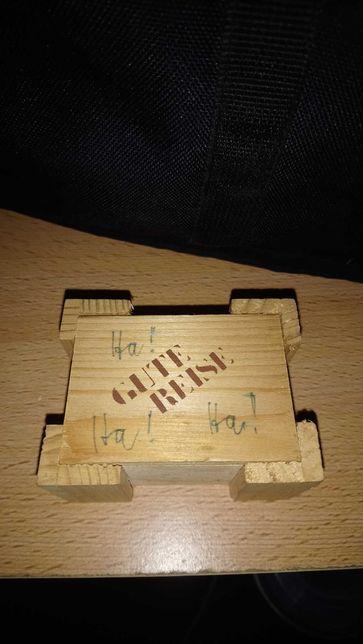 Drewniana skrzynka z miniaturką samolotu i książki