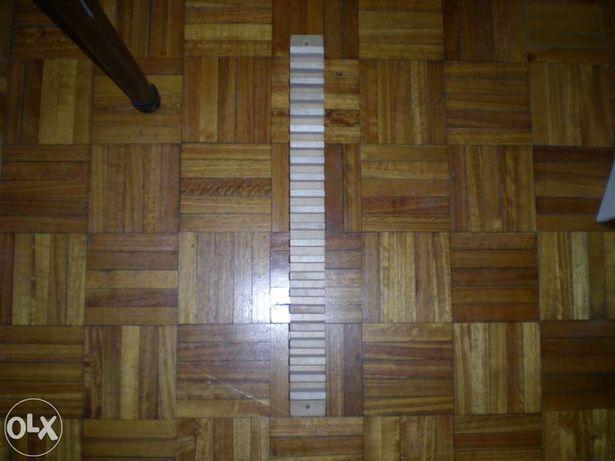 Móvel de madeira para 21 CD - aplicável à parede