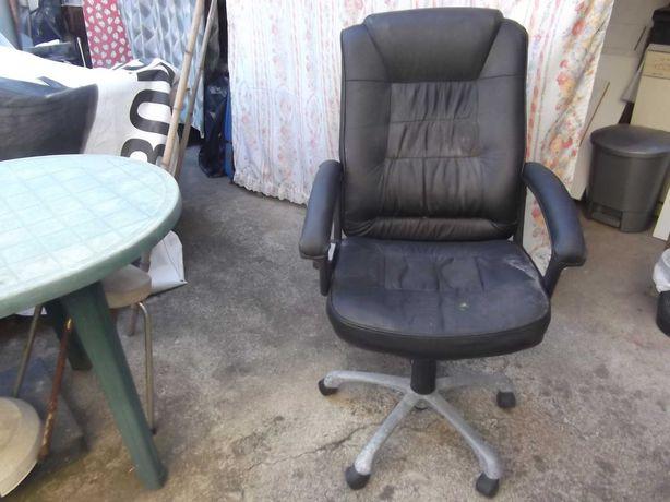 Cadeira executiva em boas condições apenas precisa ser estufada