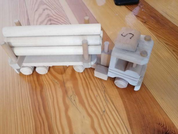 drewniana zabawka samochód z balami drewna