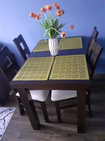 Stół z krzesłami i komoda