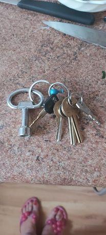 Znalazłam klucze na ulicy krakusa Wandy w koszalinie koło ławki