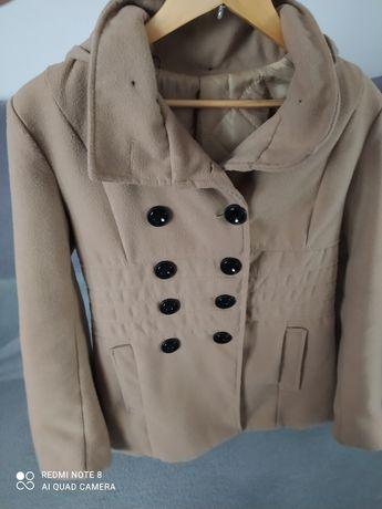 Beżowy płaszcz zimowy