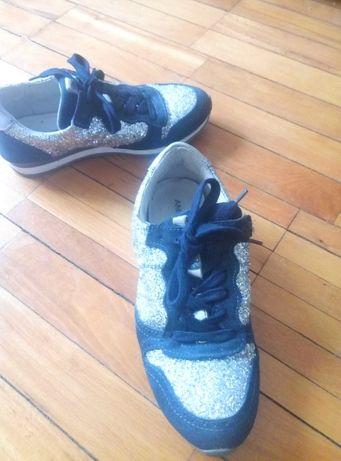 Продам фирменные кроссовки.