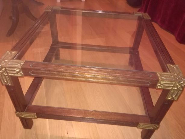 Mesinha de Apoio/Centro em madeira e vidro (trabalhada)