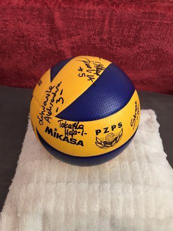Piłka z podpisami polskich siatkarek