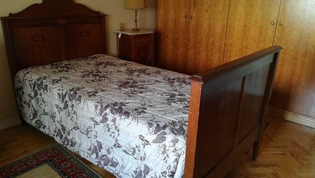 Cama, colchão, cómoda e mesa cabeceira