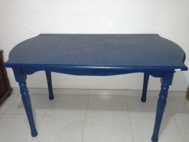 Mesa de madeira maciça de cor azul