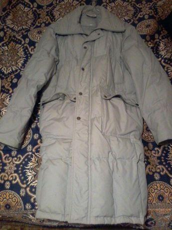 белое полноразмерное зимнее пальто