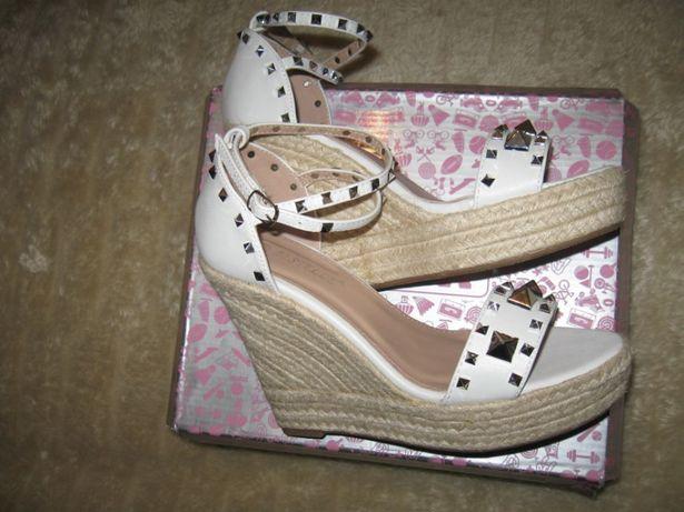 Nowe Białe Sandały na koturnie R.40