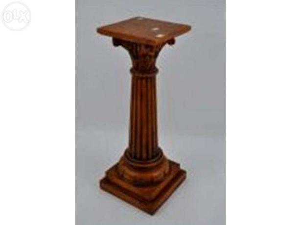 Coluna de madeira com capitel.