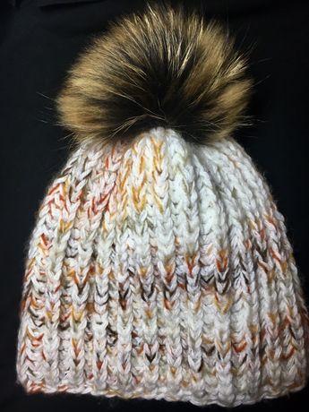 Теплая шапочка с бубоном из натурального меха