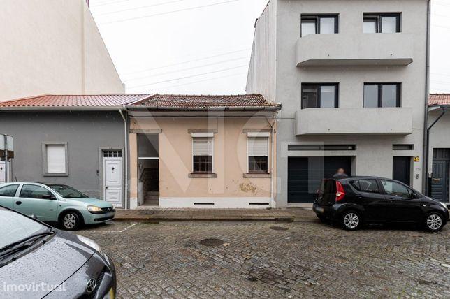 Moradia para remodelar, com logradouro na Rua Preciosa, em Ramalde