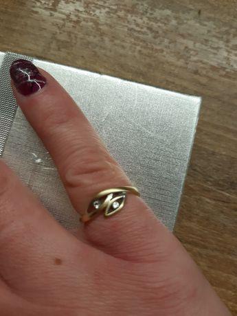 Złoty pierścionek z kamieniami próba 585