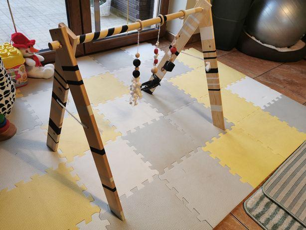 Baby gym, drewniany stojak edukacyjny z 3 zawieszkami (jaskółka)