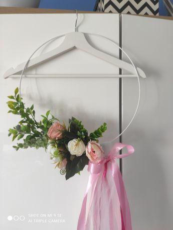 Dekoracja, ozdoba ogrodzenia, płotu ślub, wesele, koła metalowe, kwiat