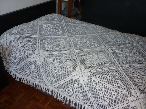 Colcha de renda branca antiga e feita à mão, cama de casal