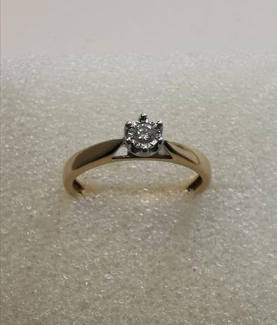 Złoty pierścionek zaręczynowy z brylantem 0,05ct