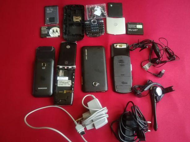 Zestaw telefonów i akcesoriów.