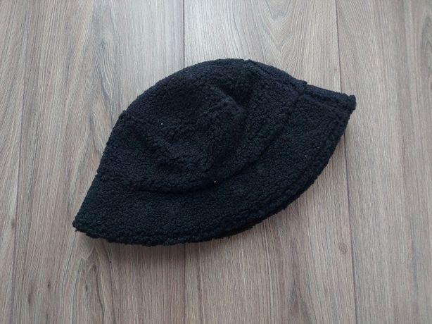 Czarny kapelusz w stylu rybackim