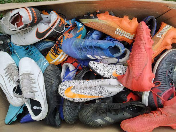 25 zł za parę paczki z butami piłkarskimi obuwie używane profesjonalne