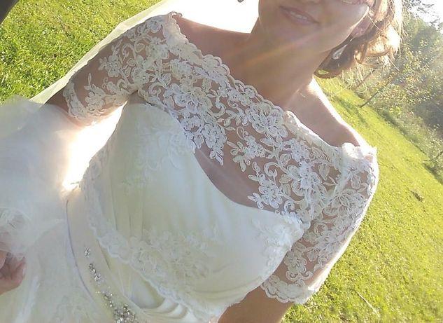 Satynowa suknia z bolerkiem + długi welon