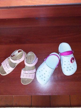 Шльопанці на дівчинку продам сандалі і шльопанці на дівчинку
