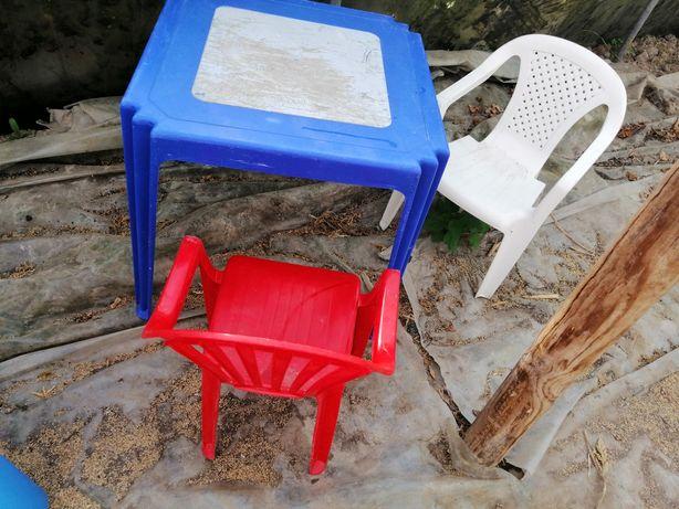 Dwa krzesełka i stolik dla dzieci