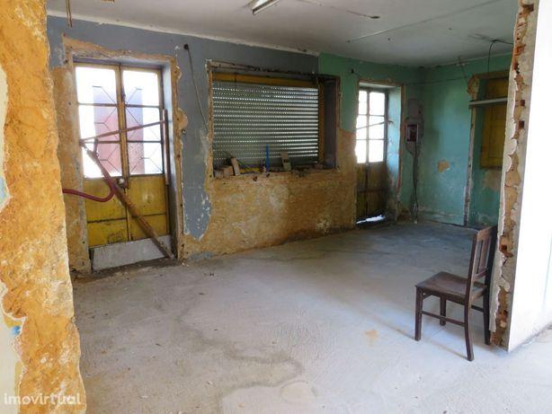 Moradia com armazém para restauro em Milheirós de Poiares