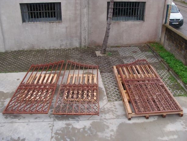 Portões de ferro maciço muito antigos