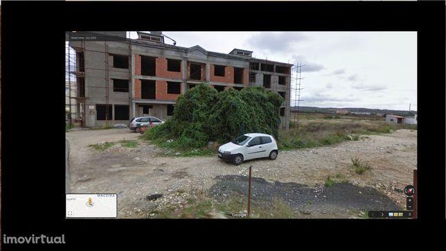 Prédio com 11 apartamentos, 14 garagens 1 armazem e 2 lojas