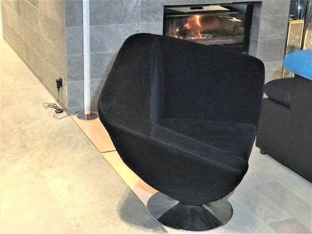 Fotel z czarnej aksamitnej tapicerki - z chromowaną obrotową podstawą