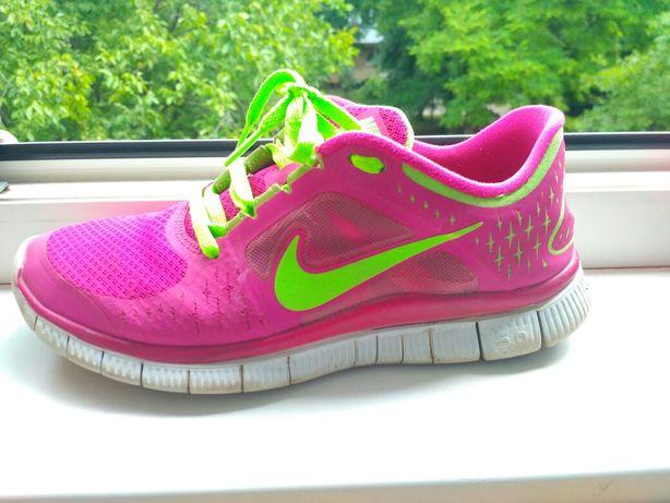 Продам женские кроссовки NIKE