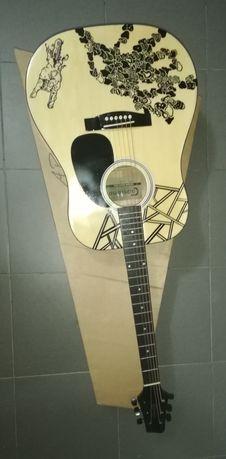Guitarra eletroacústica nova.