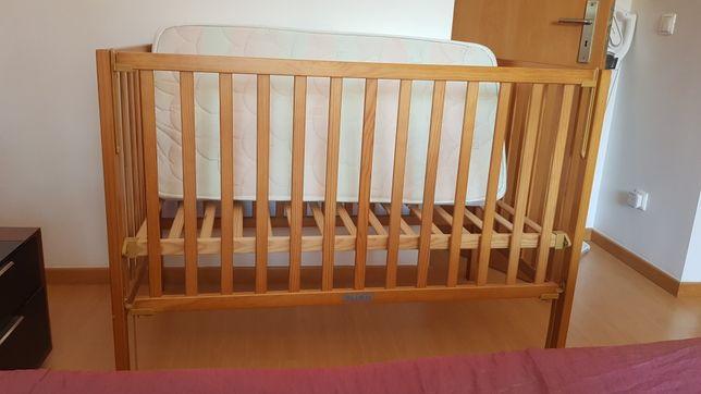 Cama de bebé com colchão