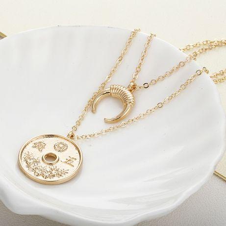 Dwuwisiorkowy naszyjnik z monetą i księżycem,