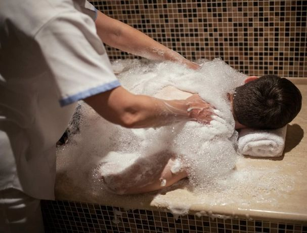 Массаж в сауне, с водой и с мылом