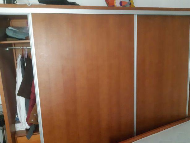 Vendo guardaroupa , com 1m60 x80  madeira com muita arrumação