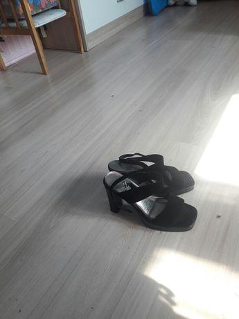 Sandały na obcasiku