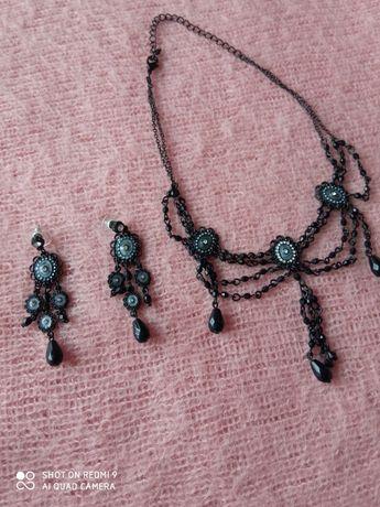 Zestaw biżuterii w kolorze czarnym.