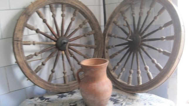 для саду дачі колесо з корзиною плетеною старина старовина колеса