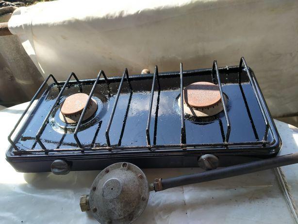 Газовая печка на две конфорки с баллоном для газа.