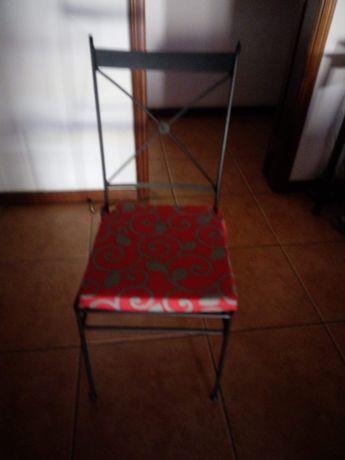 conjunto de 2 cadeiras pretas de ferro com almofadas incluídas