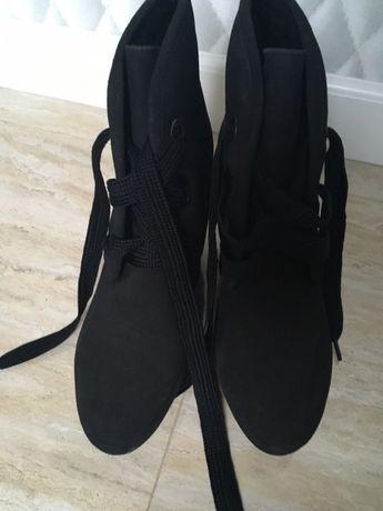 Buty ocieplane na koturnie