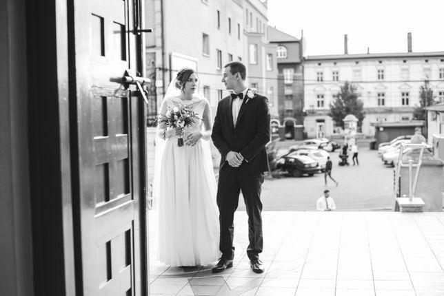 Suknia ślubna z koronkową narzutką