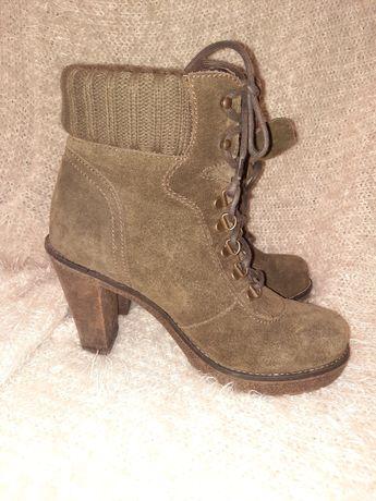Демисезонные ботинки на каблуке из натуральной замши