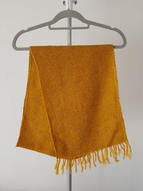 Złoty szalik w frędzlami