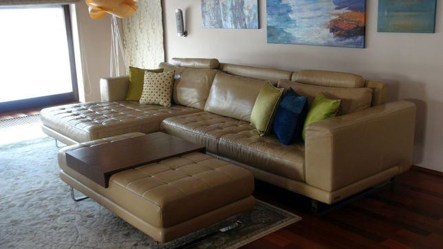 Komfortowa skórzana sofa z dużą pufą