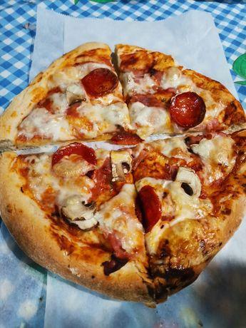 Pizza caseira em forno de lenha.