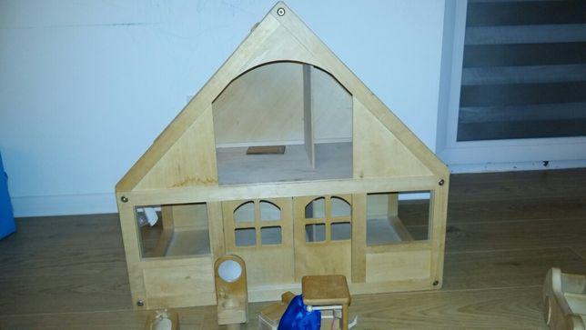 Domek drewniany dla lalek z wyposażeniem